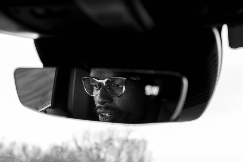 Skadberg føler seg også trygg i bilen sin. Det er blitt hans fristed. Der hører han på musikk, tar jobbtelefoner og sitter i møter.