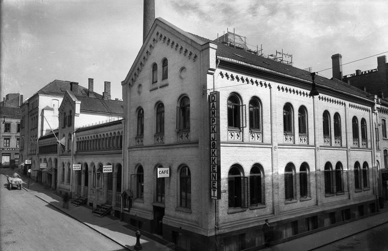 TORGGATA 8 CIRKA 1930: Christiania Dampkjøkken ble anlagt i skråninga mellom Møllergata og Torggata i 1858. Arkitekt for den eldste bygningen var Georg Bull. Den delen av komplekset som hadde fasade til Møllergata, ble stående til 1976.