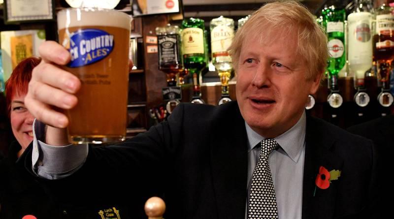 Statsminister Boris Johnson har fått hjelp i kretsene som holdes av De konservative. Her smaker han øl under et besøk i Wolverhampton. Alle foto: NTB scanpix