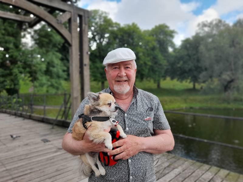 Rolf Stordahl står på Vindebroa med hunden sin