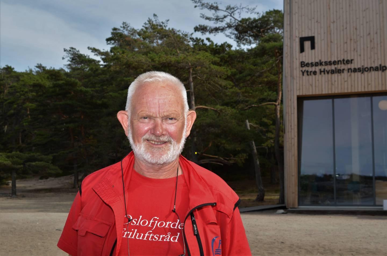 Hvaler kulturvernforening har fått det historiske utsmykkingsoppdraget på den nye barne- og ungdomsskolen på Asmaløy. – Nå trenger vi bilder fra din skolevei på Hvaler, smiler foreningens leder, Paul Henriksen.