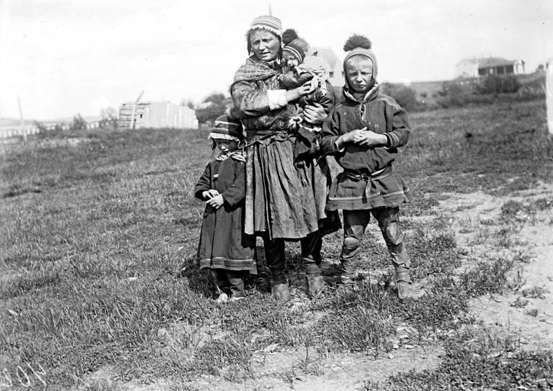 Elin Anne Labbas oldemor, med sine tre barn, etter tvangsflyttingen til nord-Sverige. Labbas farfar til høyre