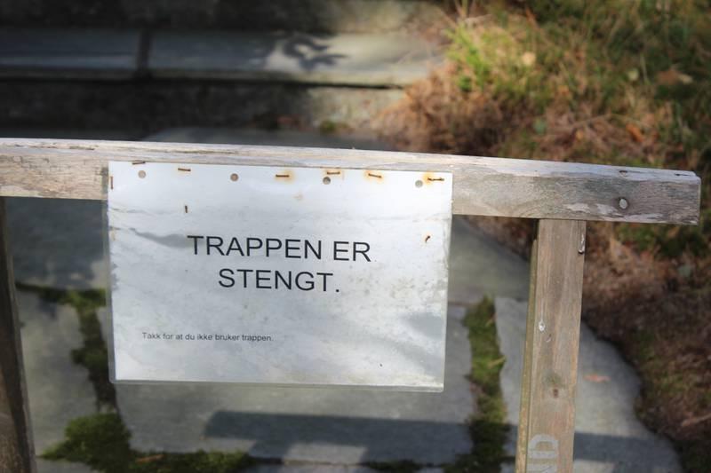 «Hvor lenge skal trappen ved Leie gravlund være stengt for deltakere ved avskjedsstunder?» spør Odd Løkkevik.