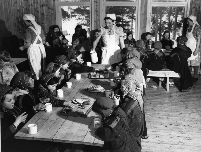 Dette bildet er tatt ved flyttsameskolen i Karasjok i 1950. Internatskoler var en viktig del av norske myndigheters forsøk på å gjøre samene norske, og slå ned samisk kultur.