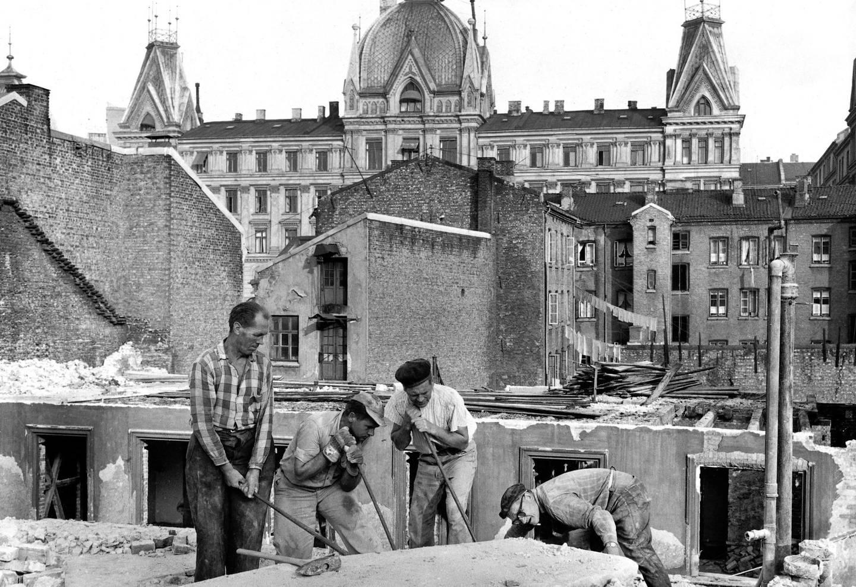 Boliger for «Wikagutter a' begge Kjøn» måtte vike for «Kappetal'n». Victoria terrasse troner i bakgrunnen. Bildet er fra 1959. Foto: Ukjent person/Oslo museum