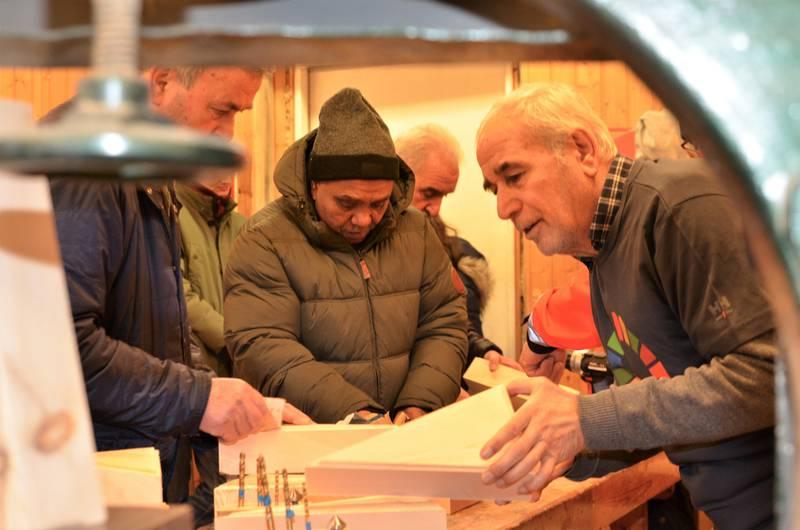 Hver torsdag bygger deltakerne «biekatedraler» på Isegran – som et bidrag til prosjektet Håpets katedral.