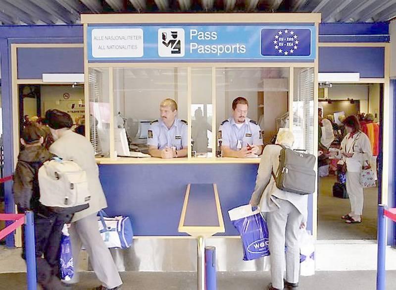 Norge har i mange år hatt to forskjellige passkontroller ved flyplassene, én for EU/EØS-borgere og én for alle andre. Helt til EU har mottatt fredsprisen i neste uke, blir det skjerpet kontroll av alle. FOTO: THOMAS BJØRNFLATEN/NTB SCANPIX