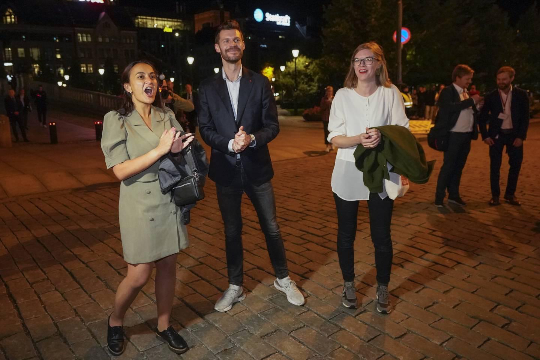 Trioen Seher Aydar, Bjørnar Moxnes og Marie Sneve Martinussen foran Stortinget.