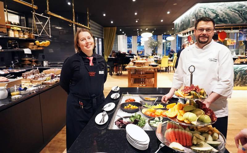 Frokostansvarlig Ingunn Haugnes og kjøkkensjef Stian Haugnes serverer Norges beste hotellforkost på Thon Hotel Lofoten i Svolvær.