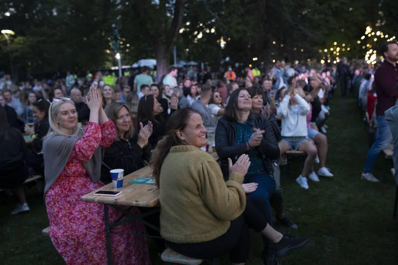 Hele gjengen hygger seg på konsert.
