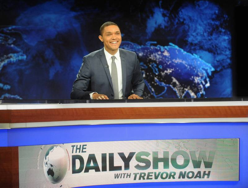 Det er slik vi er vant med å se Trevor Noah, bak skrivebordet i «The Daily Show». FOTO: NTB SCANPIX