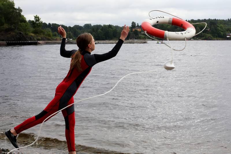Ta med deg noe som flyter før du hopper uti vannet for å redde noen, er oppfordringen til Sigurd Sæby fra Redningsselskapets Sjøredningskorps i Moss.