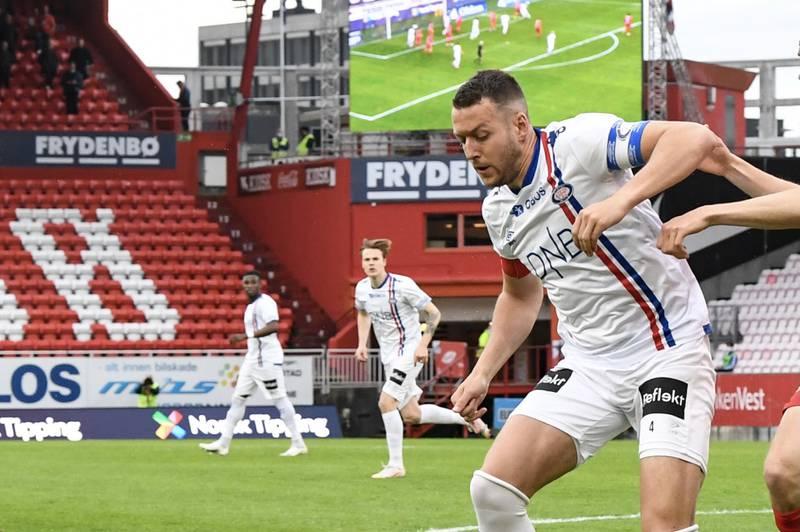 Vålerenga-kaptein Jonatan Tollås Nation og resten av VIF fikk det svært tøft mot Gent i UEFA Conference League. Her fra en tidligere kamp i Eliteserien. Foto: