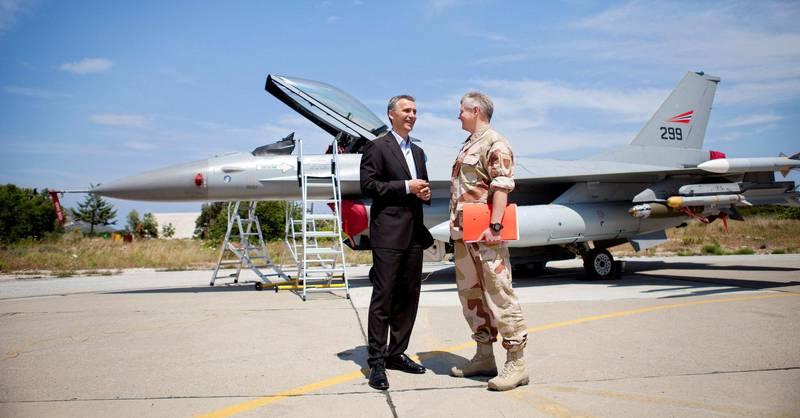 BASE: Statsminister Jens Stoltenberg besøkte i mai 2011 den norske styrken som deltok i bombingen av Libya. De norske mannskapene hadde base på Kreta i Hellas. FOTO: TORE MEEK/NTB SCANPIX