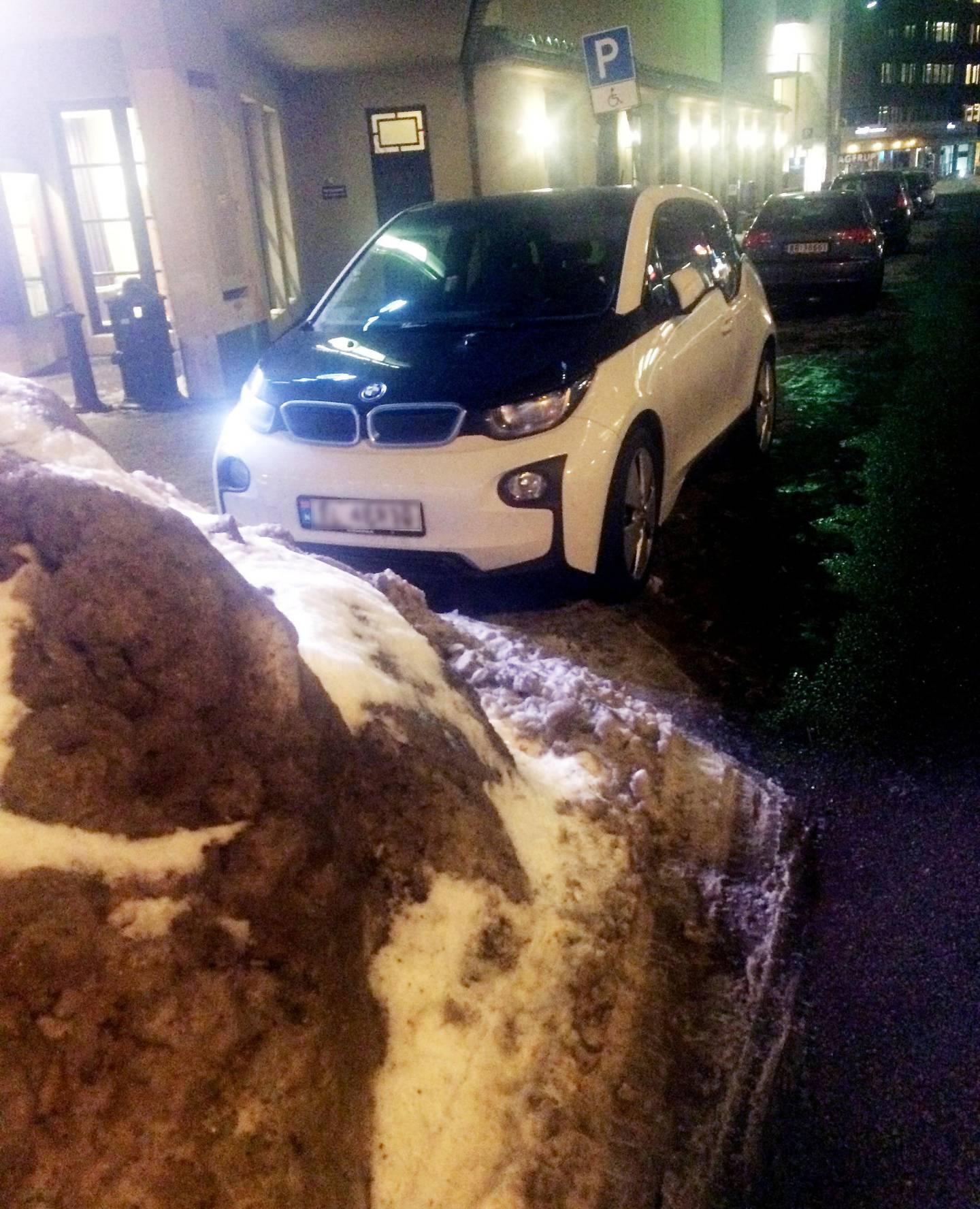 Snødeponi: HC-parkeringen utenfor Colosseum kino var onsdag kveld delvis dekket av snø.