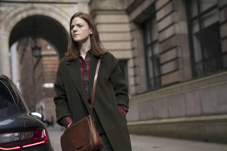 Politietterforsker Longacre tar seg av etterforskningen inne på land i «Vigil». Hun spilles av Rose Leslie, kjent fra «Game of Thrones» og «Downton Abbey».