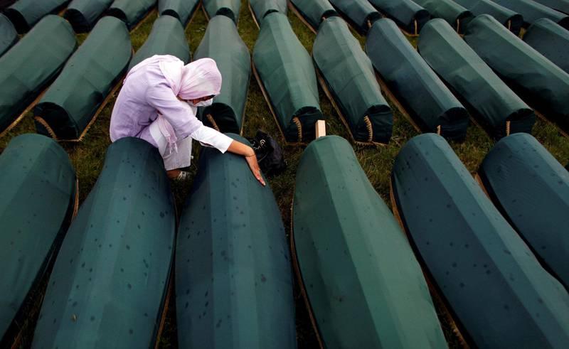 En kvinne sørger ved kistene i Potocari, der       levningene fra massegravene i Srebrenica er samlet på minnelundene. I dag er det 25 år siden massakren startet. Foto: Reutres/Damir Sagolj/NTB ccanpix