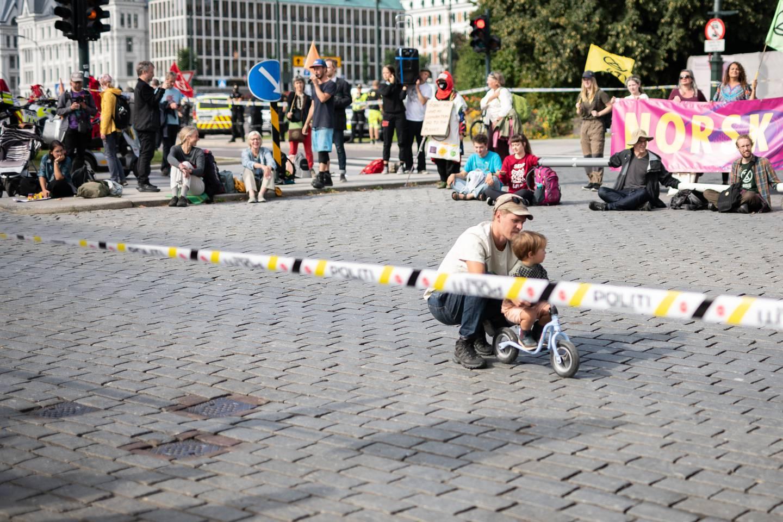 Dag Kolstø med sin sønn på sykkel bak politisperringer.