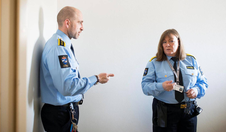 Står i det: Sikkerhetsinspektør Christopher McCabe og fengselsleder Doris Bakken på Bredtveit fengsel.