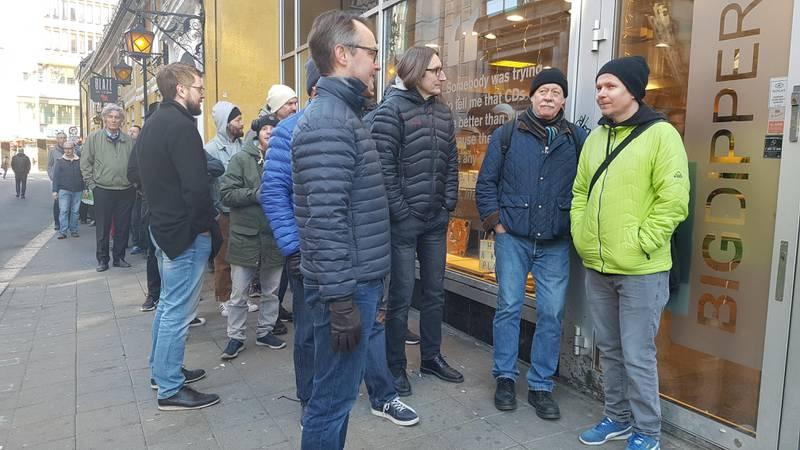 Jan Bjørge (til høyre) sto først i køen da Norges største platebutikk Big Dipper åpnet dørene på Record Store Day lørdag 13. april