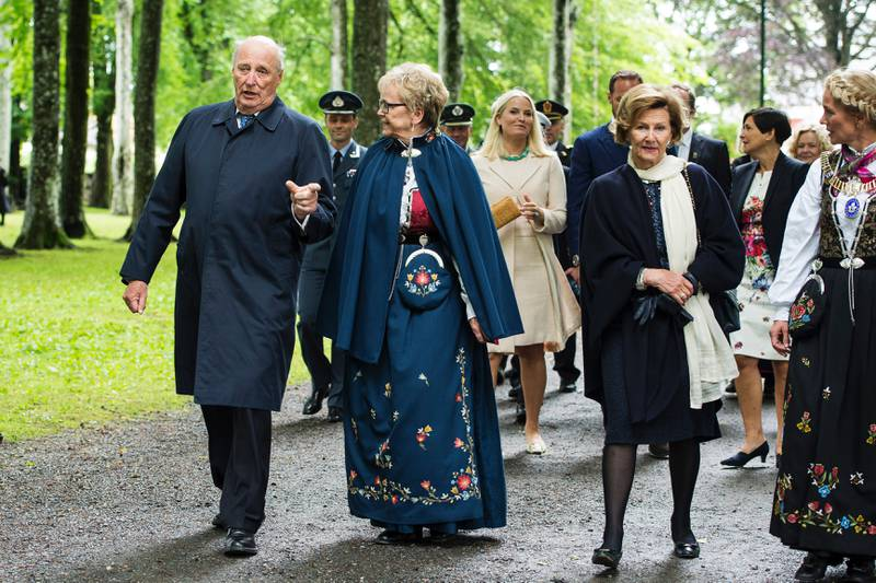 Kong Harald i prat med fylkesmann Magnhild Meltveit Kleppa. Mette-Marit går bak, og dronning Sonja er i prat med ordfører Christine Sagen Helgø. Foto: Carina Johansen, NTB Scanpix