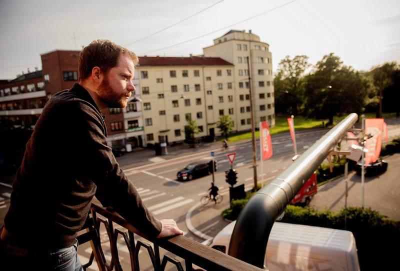 balkong: Arne B. Øystese kjøpte leiligheten for to år siden. FOTO: HILDE UNOSEN