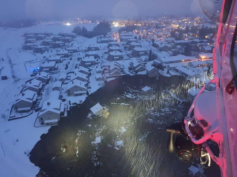 Ask  20201230.  Bilde fra 330-skvadronen viser flere hus som er tatt av jordraset ved Ask i Gjerdrum. Foto: Hovedredningssentralen / NTB