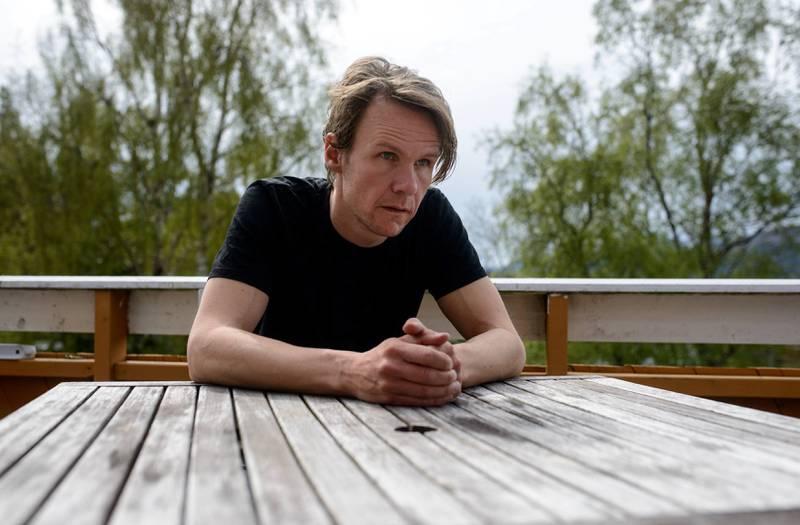 Forfatter Bjørn Vatne synes den norske ytringsfrihetsdebatten er lite interessant, bare full av folk som vil gjøre seg lekre i kronikker. – Heller enn å debattere hvorvidt en ytring er hatefull eller ikke, ønsker jeg en debatt rundt hva det er som gjør at noen føler behov for å ytre seg så hatefullt, sier Vatne. FOTO: GYLDENDAL NORSK FORLAG