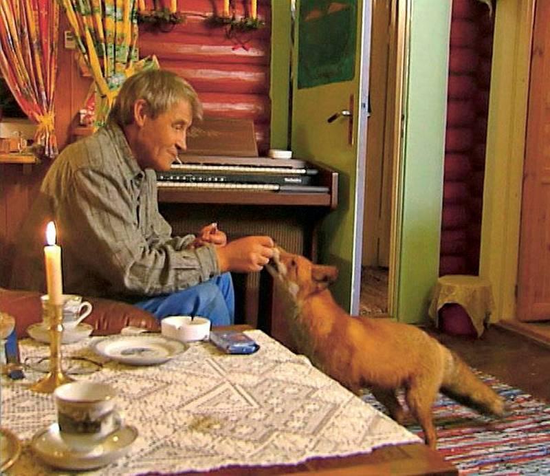 SØNDRE LAND: Jan Hansen Smauget hadde en katt som ble venn med en rev. Norge Rundt kom på besøk i 2003.