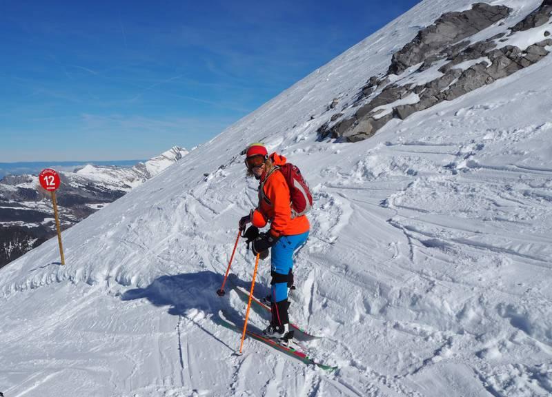 – Alpenes kombinasjon av svimlende høyder, spektakulær natur, ville nedfarter og fantastisk mat gir meg utrolig kick, sier den frankofile skielskeren og bloggeren Elizabeth Lingjærde, som elsker frikjøringsmulighetene i La Clusaz (bildet). FOTO: ELIZABETH LINGJÆRDE