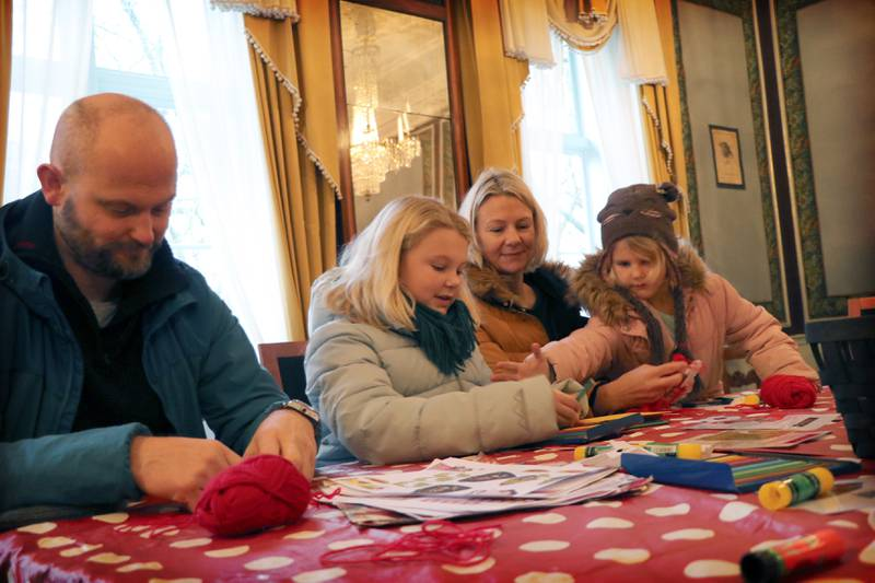 Lars, Agnes (9), Ane og Asta (6) er i full gang med å lage juleepler og julekort til nissen. Foto: Tone Helene Oskarsen