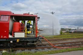 Nå rykker brannvesenet ut på skinner: – Det fungerte bra da vi var ute på brannen langs Gjøvikbanen