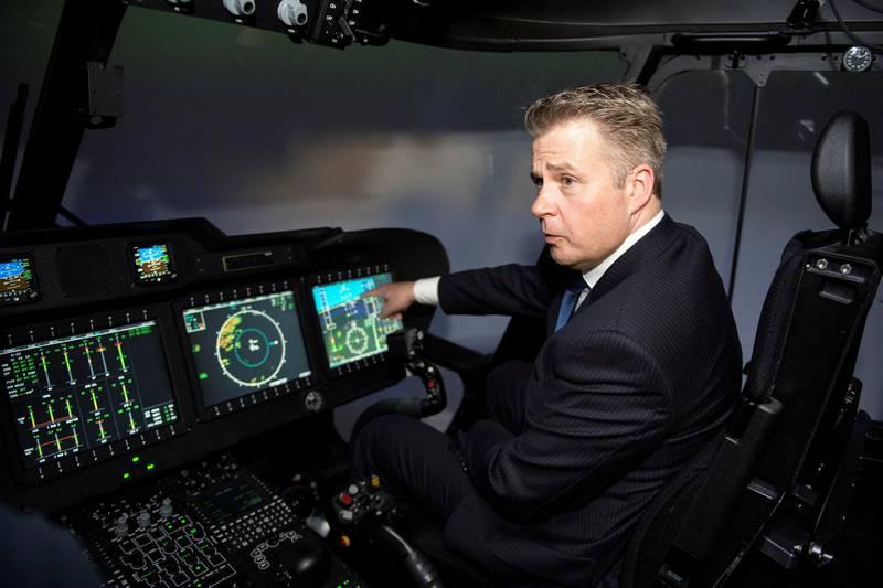 – Vår forsvarsevne skal prioriteres først, mener Per-Willy Amundsen (Frp), her fotografert ved testing av en flysimulator på Sola lufthavn, i hans tid som justis- og beredskapsminister. FOTO: CARINA JOHANSEN/NTB SCANPIX