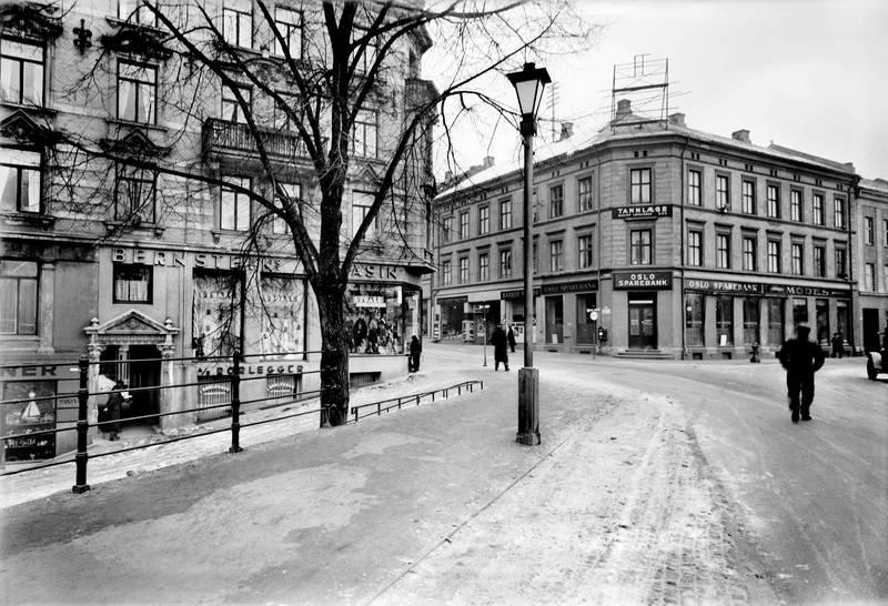 1936: Markveien 67, den gang Søndre gate 4. Over Bernsteins magasin bodde Sara og David. Bakken til venstre langs magasinet og ned til Akerseva ble kalt Jødebakken.