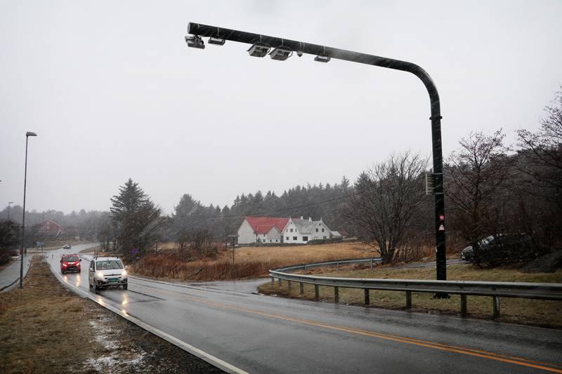 Beboere i Skjelbreidveien i Kvernevik har sett seg lei på å være nødt til å betale bompenger hver gang de skal bruke bydelen sin. De håper bommen fjernes eller at det blir laget en ny vei for dem ut på Kvernevikveien.