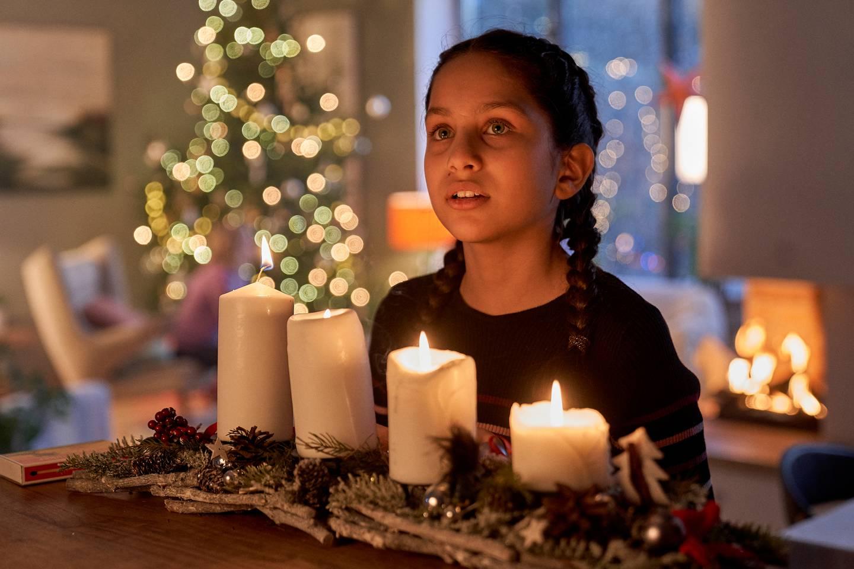 Isha Zainab Khan spiller hovedrollen i den norske familiefilmen «Dragevokterens jul» (2020)