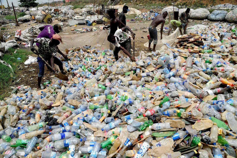 Enorme mengder med plast havner i verdenshavene hvert år, etter at den globale plastproduksjonen har økt voldsomt i mange tiår. Dette bildet viser arbeidere som forsøker å håndtere plastavfall i Nigeria.