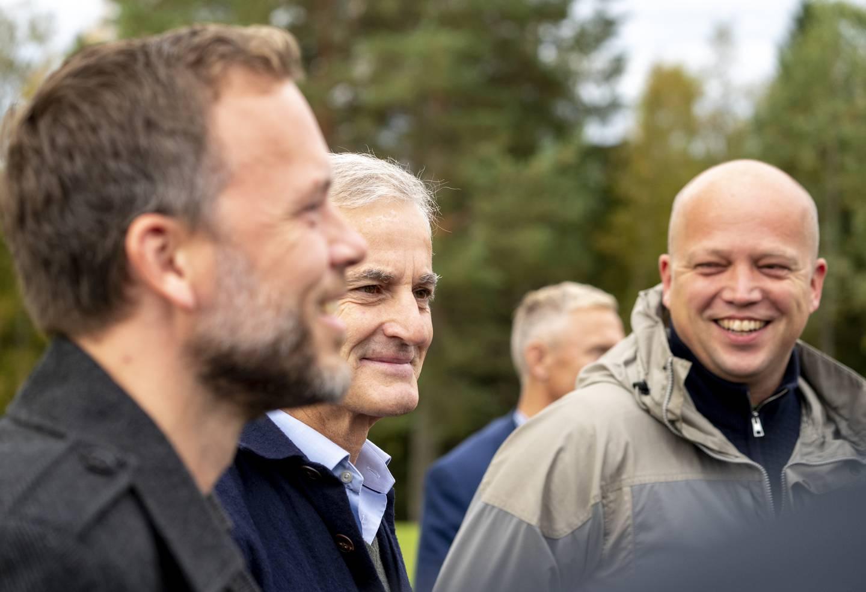 Det var god stemning da Audun Lysbakken, Jonas Gahr Støre og Trygve Slagsvold Vedum møtte pressen før sonderingene på Hurdalsjøen hotell. Partiene er enige om mye, men det er også nok av konkliktsaker, som klima- og oljepolitikken.