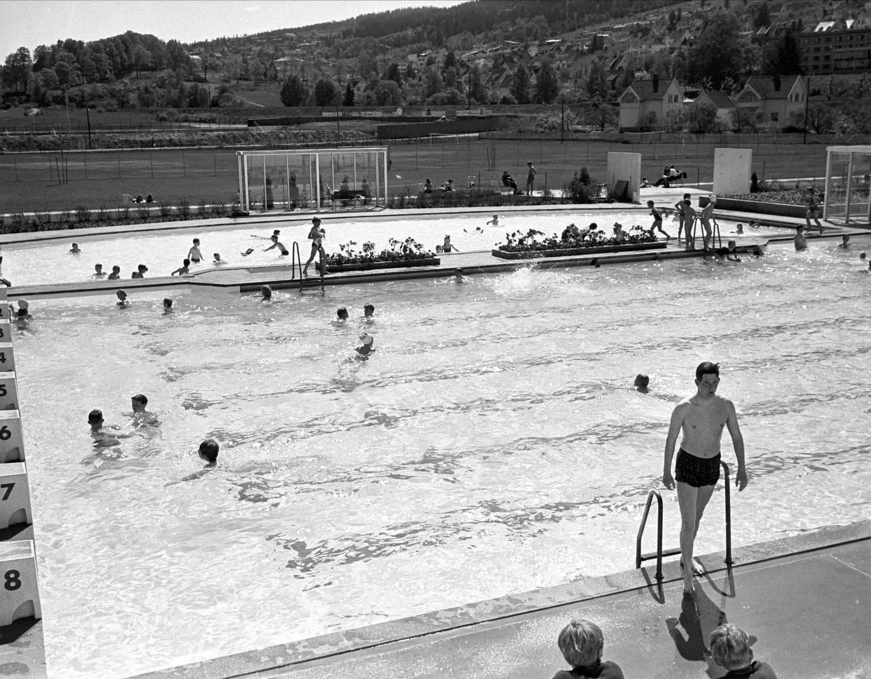 Marienlystbadet i Drammen, rett etter åpningen i 1965. Vi stupte fra sukkerbitene,        men måtte passe oss så vi ikke var i veien for de voksne mosjonistene. Foto: Norsk Folkemuseum