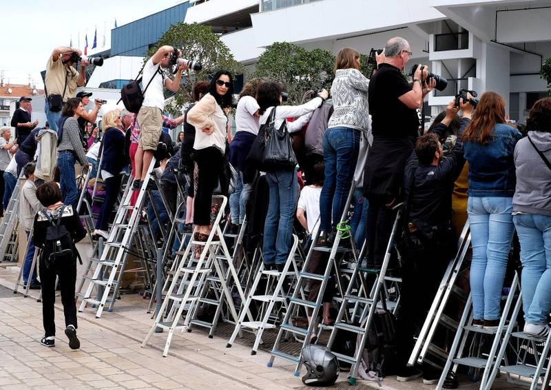 Mulighetene for å se filmstjernene er langt mer begrenset i dag enn i Cannes-festivalens første år. Obligatorisk utstyr for tilreisende i dag er gardintrapp og lange linser.