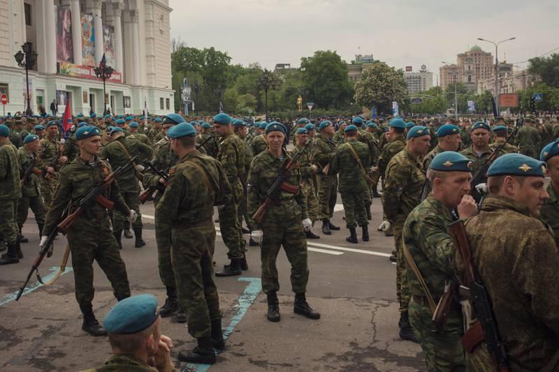 Øver til paraden: Hver 9. mai feires frigjøringen for andre verdenskrig i Russland og i Donetsk. Denne våren øvde soldatene i mange dager på paraden.