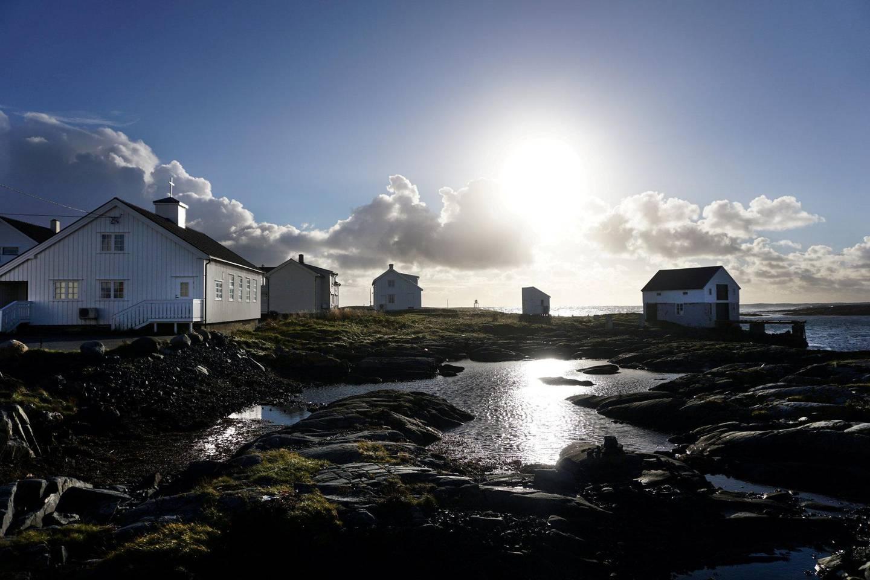 Veiholmen er et av de største fiskeværene i Norge, sør for Lofoten, langt ute i havgapet. Veien ut er spektakulær!