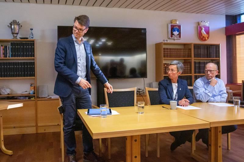 – Vi må forberede oss på at situasjonen vi er i vil ta tid, sier ordfører Hanne Tollerud. Her med kommuneoverlege Kristian Krogshus (til venstre) og fungerende rådmann Ivar Nævra.