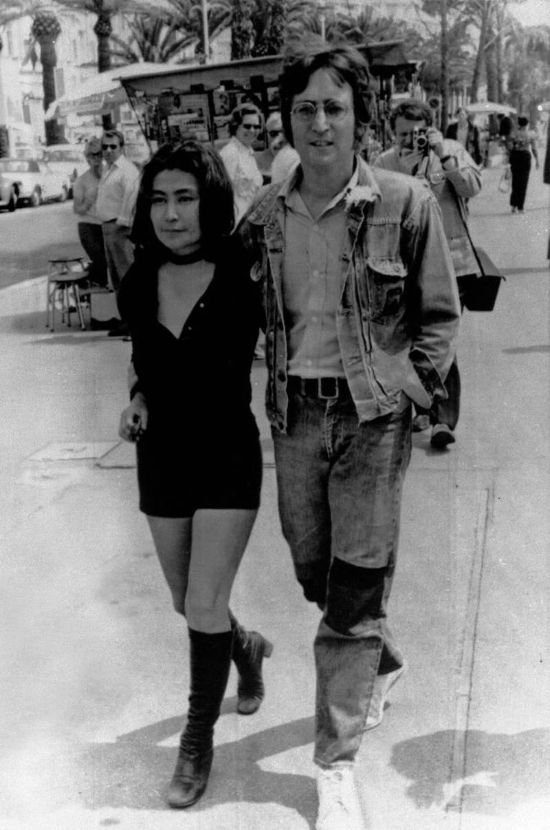John Lennon og Yoko Ono på strandpromenaden Croisetten i Cannes.