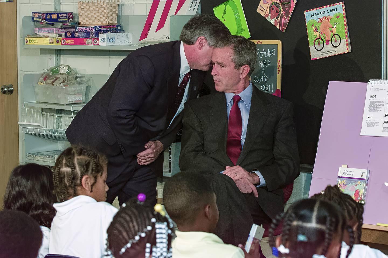 Stabssjef Andrew Card i Det hvite hus forteller president George W. Bush om det ufattelige som har skjedd denne skjebnesvangre dagen 11. september 2001. Bush var på skolebesøk da det skjedde.