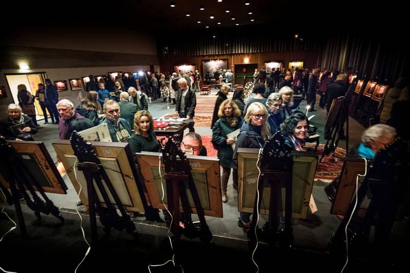 PULIKUM: Det strømmet på med folk under åpningen av utstillingen til Ivan Storm Juliussen i går.