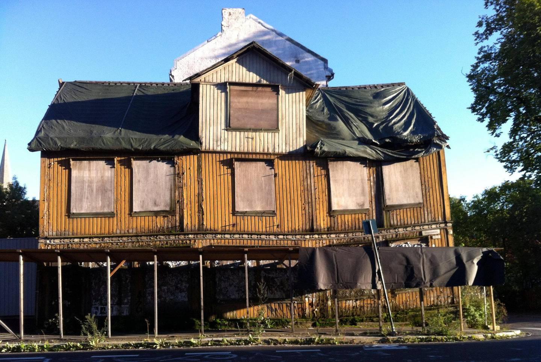 Trehusvillaen fra 1857, sånn den så ut i 2012. Tidlig i 2014 ble den til slutt revet.
