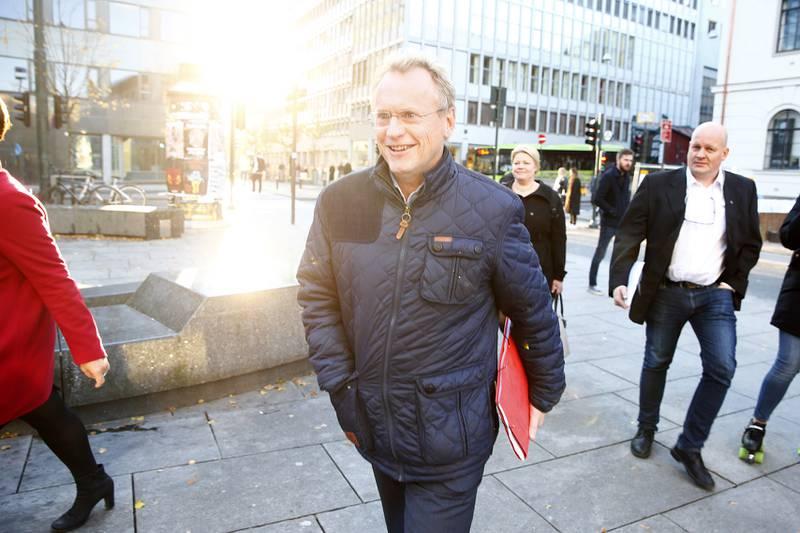 Raymond Johansen presenterte sakene for partikameratene de tre partiene har fremforhandlet. FOTO: NTB SCANPIX