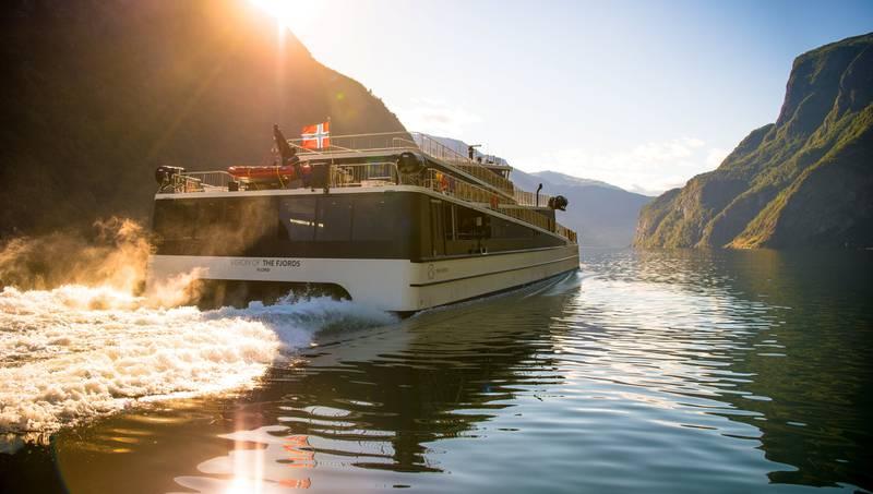 Hybridbåten Vision of the Fjords byr på utslippsfritt og stillegående cruise i den vakre vestlandsnaturen.