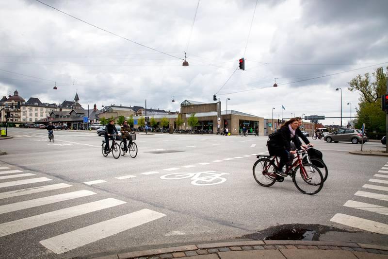 København, Danmark 20140510. En gruppe syklister sykler over veikrysset som heter Oslo Plads i København. Foto: Erlend Aas / NTB scanpix